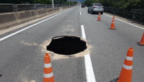 【韓国インフラ崩壊】韓国人「韓国に直径2m、深さ5mのシンクホールが発生!」 韓国の反応