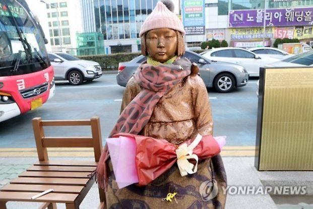 釜山日本領事館前の少女像