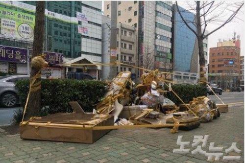 釜山平和の少女像周辺に大量のゴミを投棄