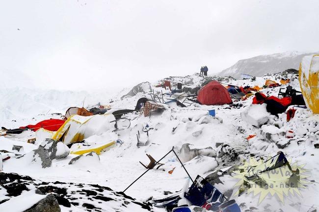エベレスト雪崩生き埋め
