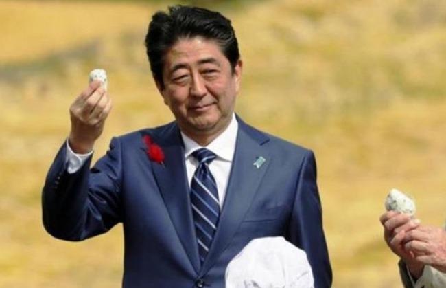 韓国人「安倍首相が福島産の米で作ったおにぎりを配りながら選挙運動!公職選挙法に違反したという疑惑も‥」 韓国の反応