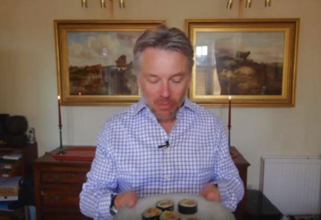 キムパブを食べるイギリス人紳士