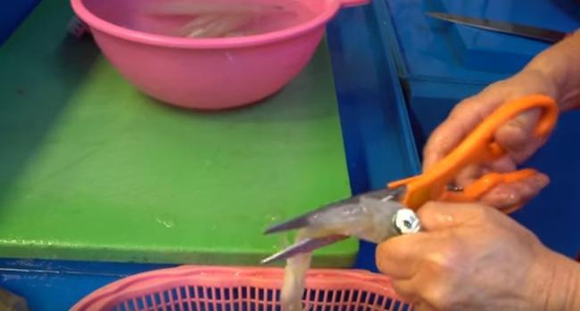 ハサミでイカを捌く韓国のおばちゃん