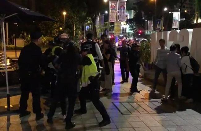 海外「シンガポール政府が韓国人女性5人を追放!金正恩委員長の宿舎近くで韓国人女性がデモを起こす‥」 海外の反応