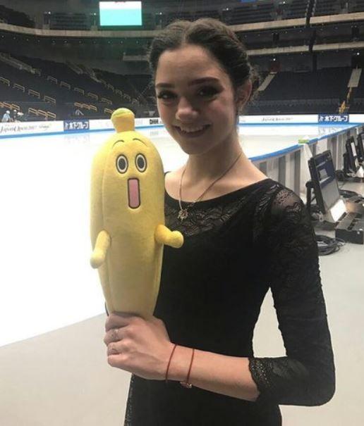 バナナのぬいぐるみを持ったメドベージェワ選手