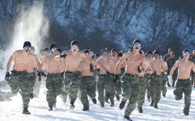 裸でランニングをする米軍