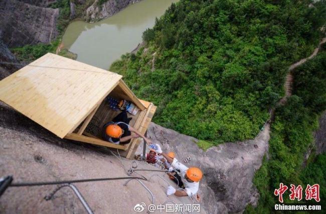 中国の崖にあるコンビニ