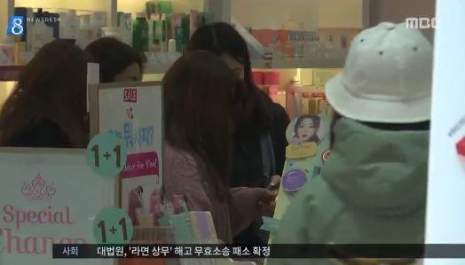 ソウルでショッピングを楽しむ日本人観光客