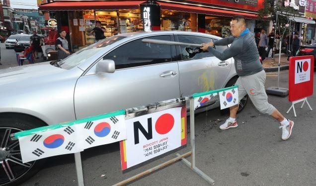 【ファビョウ】50代の韓国人医師「日本車なのでやった‥」ゴルフ場に駐車されていたレクサス3代を石で削って破損した疑いで医師が逮捕される! 韓国の反応