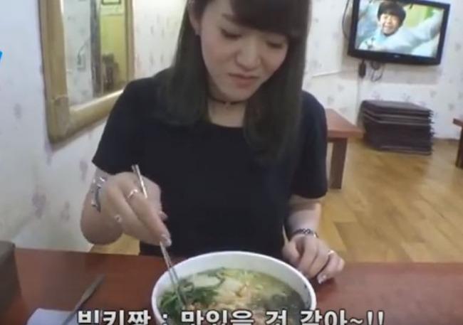 カルグクスを味わう日本人美女