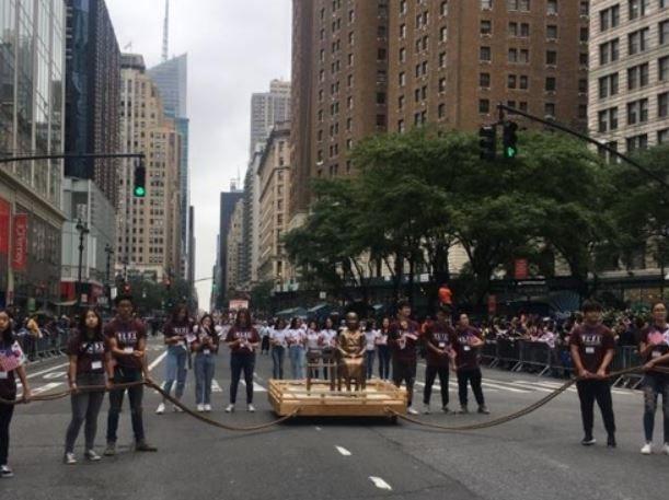 韓国人「慰安婦少女像が登場!ニューヨーク・マンハッタンでコリアパレードが行われ少女像が現れる」 韓国の反応