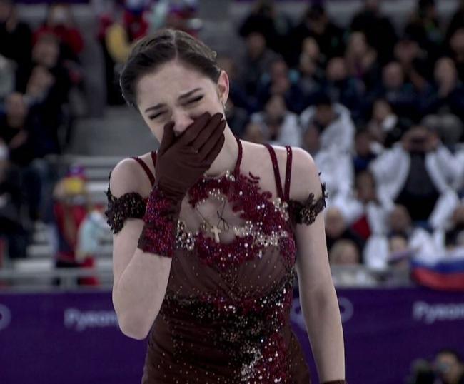 ロシア人「メドベージェワ選手が涙の銀メダル‥たったの1.3ポイント差でザギトワ選手に敗れる」 海外の反応