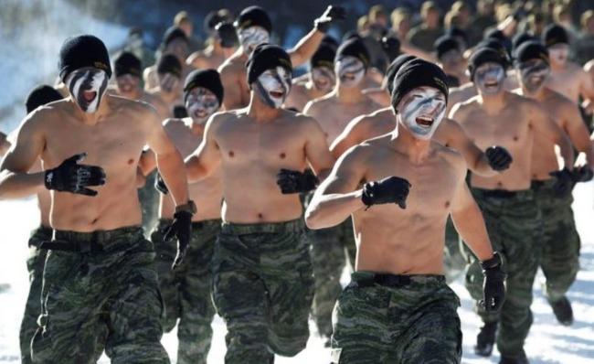 裸の米韓軍人