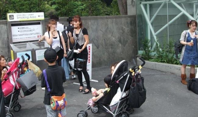 赤ちゃんの前で喫煙する主婦