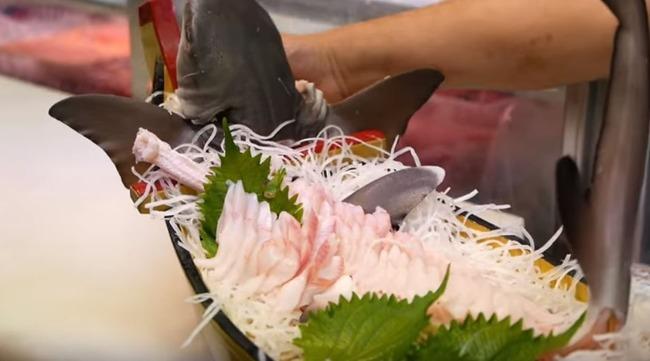 サメの刺身盛り