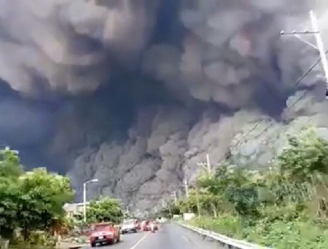グアテマラのフエゴ火山が爆発