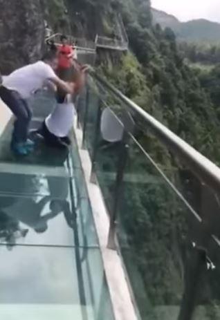 中国湖南省天門山のガラスの橋
