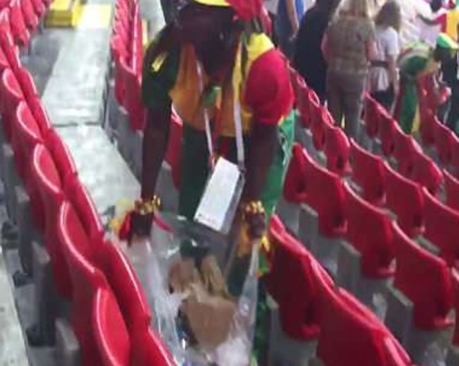 海外「日本の影響か?」セネガルファンも日本同様にスタジアムのゴミ拾い!その行動に外国人が感動! 海外の反応