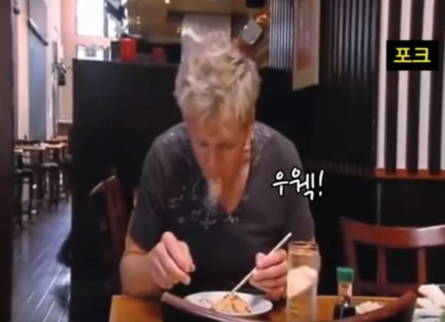 「オエー!」ゴードン・ラムゼイが和食レストランの「スシピザ」を吐き出す‥ 海外の反応