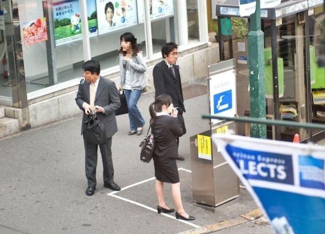 日本のOLとサラリーマンが喫煙