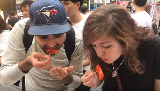 海外「おでん、鉄板焼き、お好み焼きにイチゴ大福!」韓国のストリートフードを味わった外国人が大感動! 海外の反応