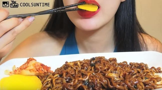 韓国美女が沢庵を食べる