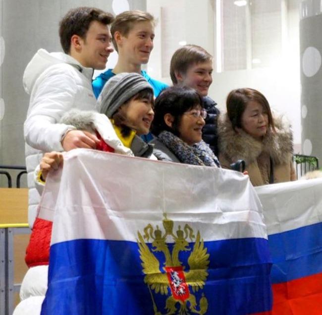 ロシアの旗を振る日本のフィギュアファン