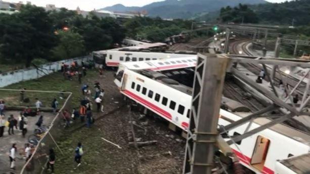 台湾で脱線事故