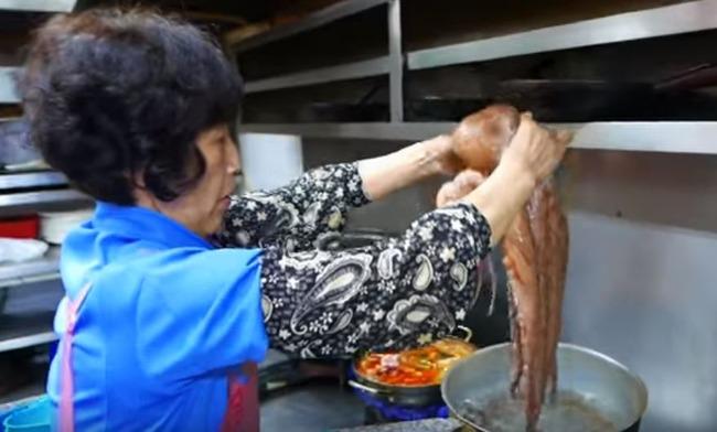 茹でダコを作る韓国のおばちゃん