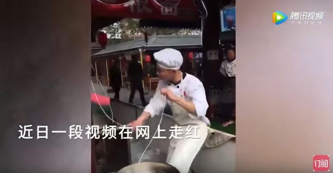 踊りながらうどんを煮る男性
