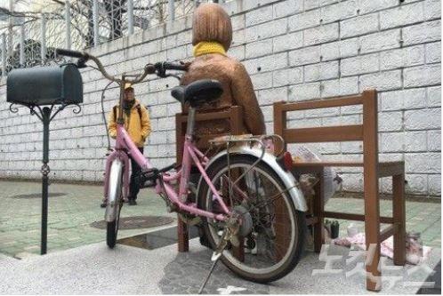 釜山慰安婦少女像に自転車を留める