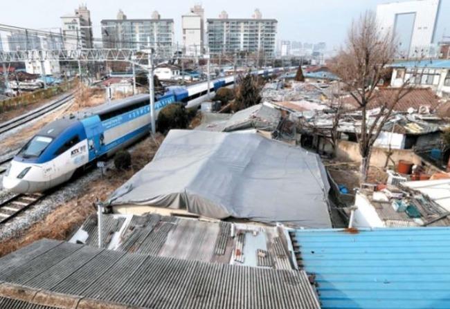 韓国人「国の恥だ‥」平昌オリンピック会場に向かうKTXが韓国のスラム街の前を通る事が判明‥五輪がむしろ国家イメージの毀損憂慮 韓国反応