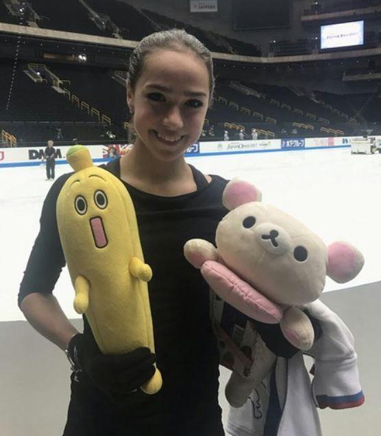 バナナのぬいぐるみを持ったザギトワ選手