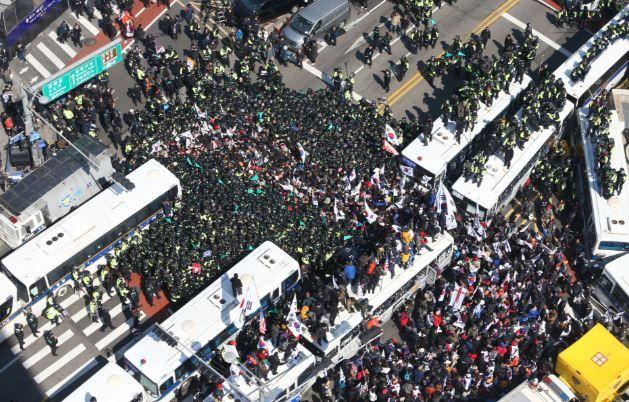 朴前大統領支持者による弾劾反対デモ