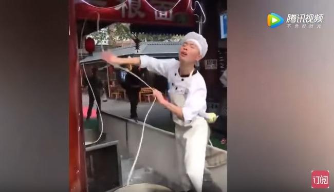 踊りながらうどんを煮る中国人男性