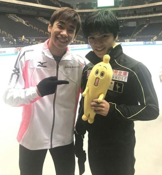 バナナのぬいぐるみを持ったフィギュアスケート選手