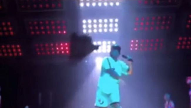 海外「人気歌手ブルーノ・マーズがマナーの悪い日本人ファンにタオルを投げつけ、野崎萌香が炎上」 海外の反応