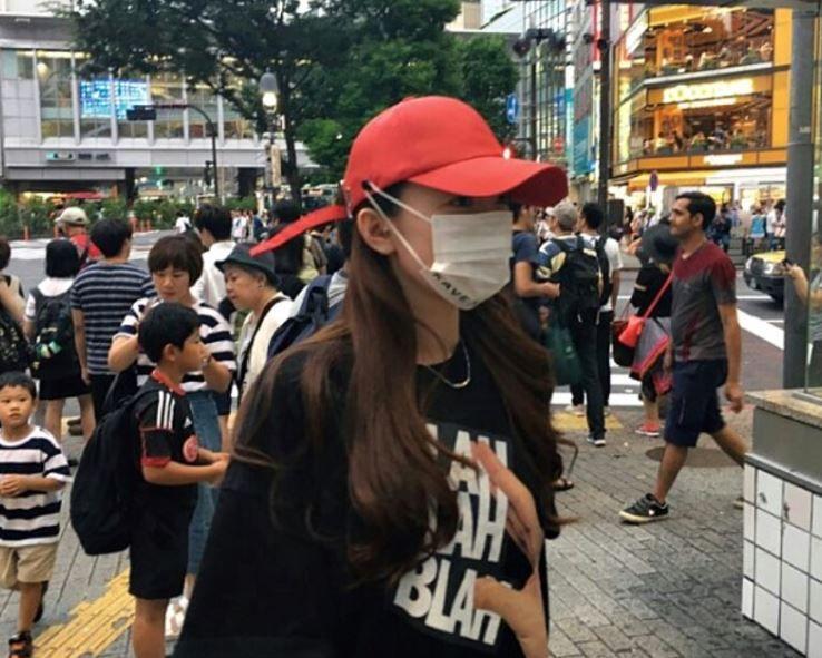 日本で流行ファッションの帽子とマスク
