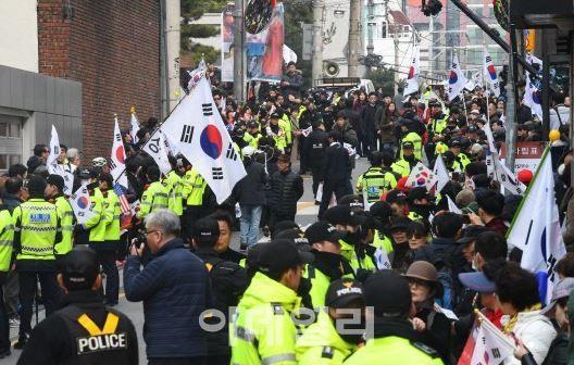 親朴系団体が、朴元大統領が私邸前に集まり暴力デモ