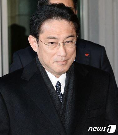 岸田文雄日本外相が慰安婦合意遂行を要求