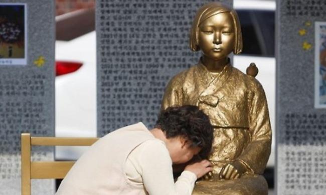 慰安婦像で泣き崩れる韓国人女性