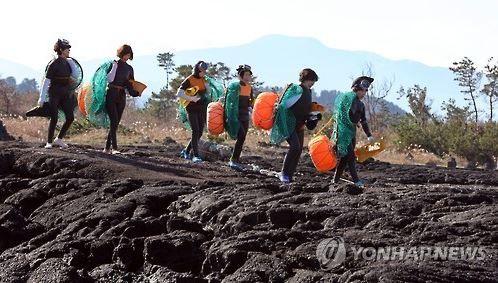 仕事に向かう韓国の海女
