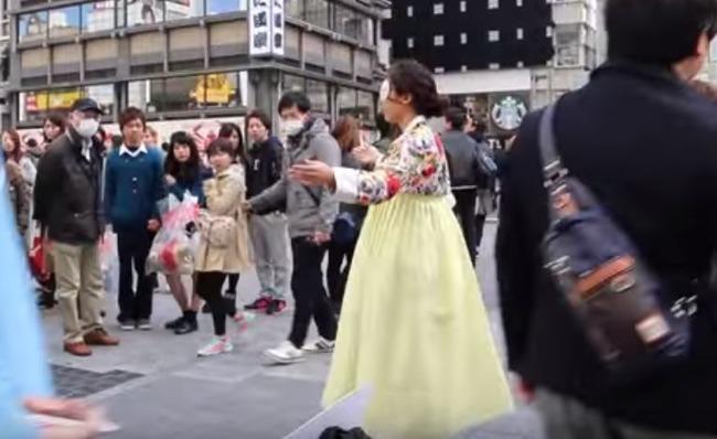 嫌韓デモでフリーハグを求める韓国人女性