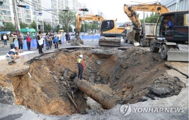 【韓国崩壊】下水汚泥で下水管が腐食し、直径6mのシンクホールが発生!18時間後に復旧 韓国反応