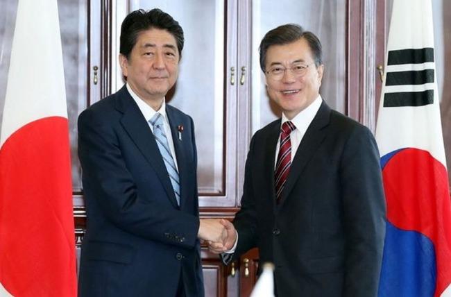 安倍首相とムンジェイン大統領が握手