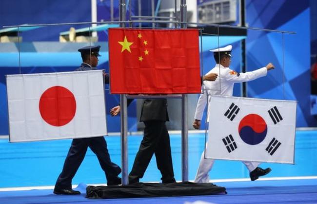 海外「アジア大会メダル受賞式で日の丸が地面に墜落!太極旗が逆に掲げられるハプニングが発生!」