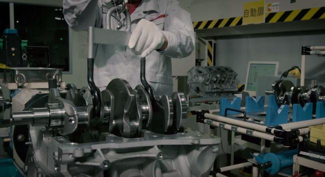 日産GTRエンジンの組み立て作業