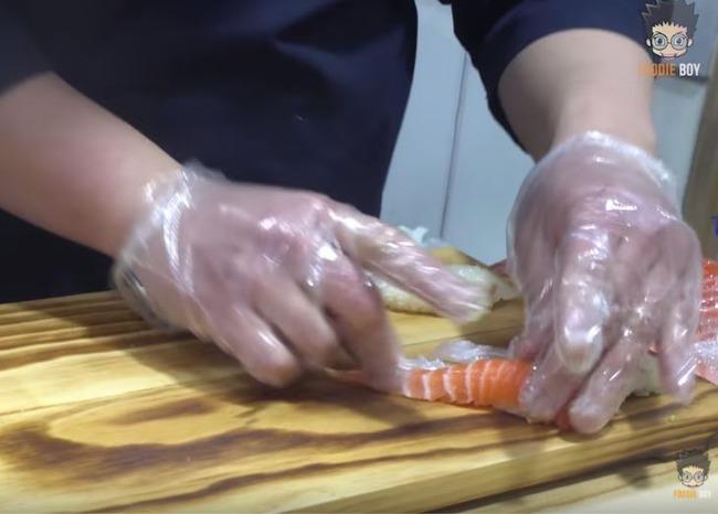 ビニール手袋を付けて握る韓国の寿司職人