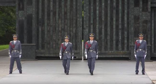 皇居の護衛官の交代式