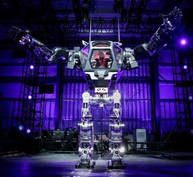米アマゾンのCEOのジェフ・ベゾスがメソッド-2ロボットを操作